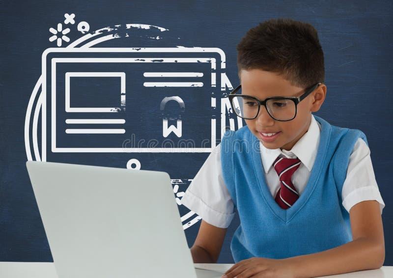 Studencka chłopiec przy stołowym patrzejący komputer przeciw błękitnemu blackboard z szkołą i edukaci grafiką obraz royalty free