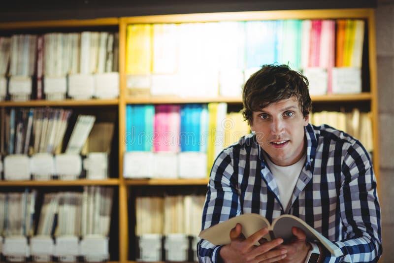 Studencka Czytelnicza książka W szkoły wyższa bibliotece zdjęcie stock