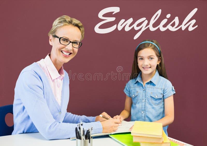 Studencka dziewczyna i nauczyciel przy stołem przeciw czerwonemu blackboard z Angielskim tekstem zdjęcia stock