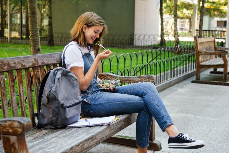 Studencka dziewczyna ma zdrowego lunch zdjęcie stock