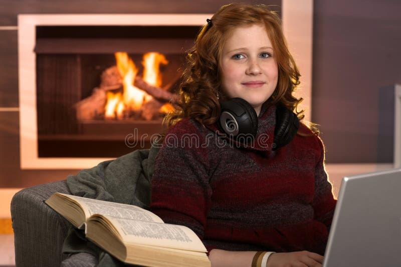 Studencka dziewczyna uczy się w domu zdjęcia royalty free