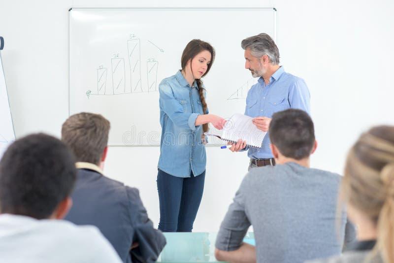 Studencka dziewczyna z nauczycielem w sali lekcyjnej obrazy royalty free