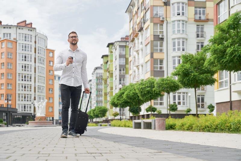 Studencka odprowadzenie puszka ulica z filiżanką i walizką zdjęcia royalty free