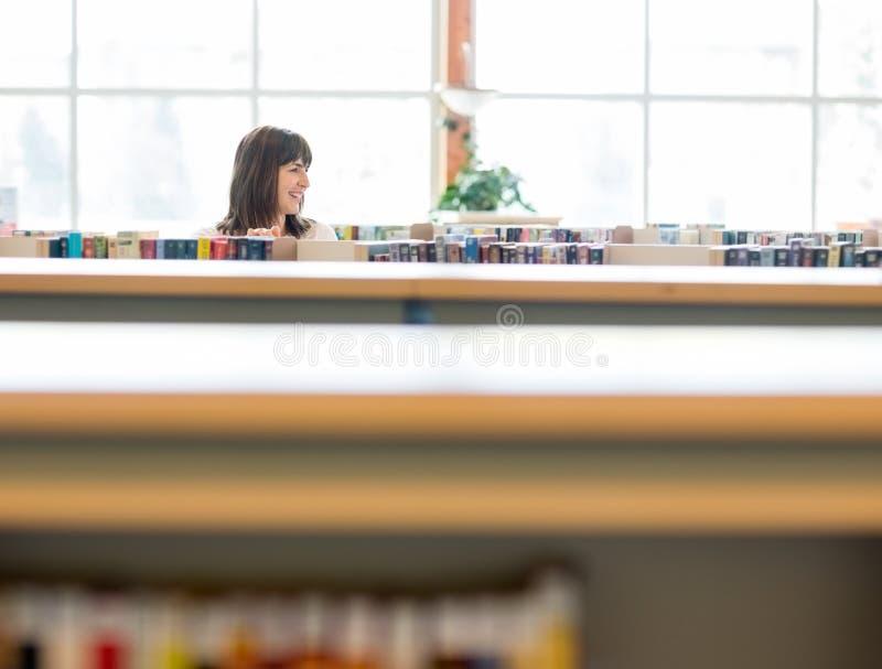 Studencka Wybiera książka W Bookstore fotografia royalty free