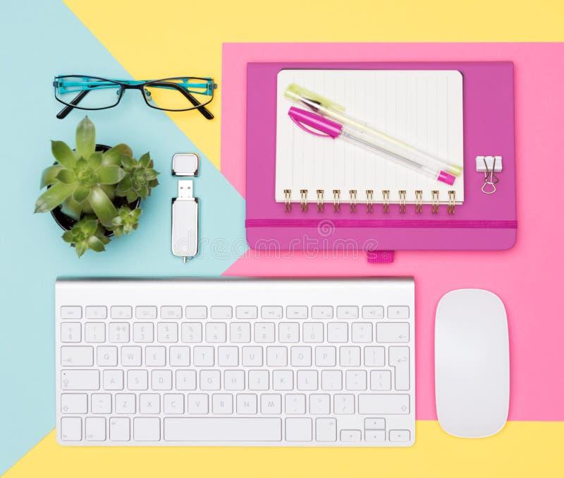 Studencki biurko Pracującej przestrzeni mieszkanie Lay Odgórnego widoku fotografia workspace z klawiaturą, notepad i tłustoszowat obrazy royalty free