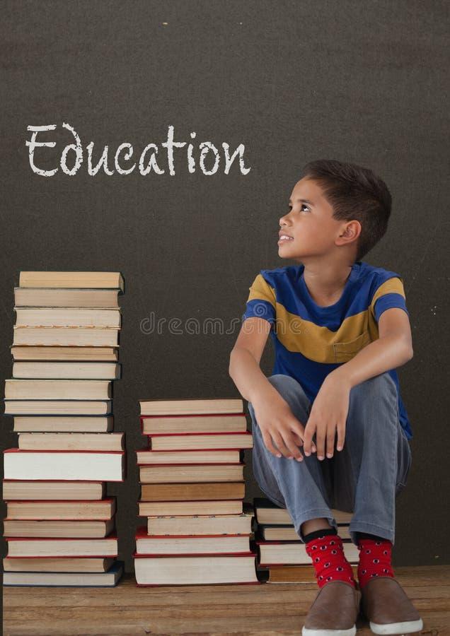 Studencki chłopiec obsiadanie na stole przeciw popielatemu blackboard z edukacja tekstem ilustracji