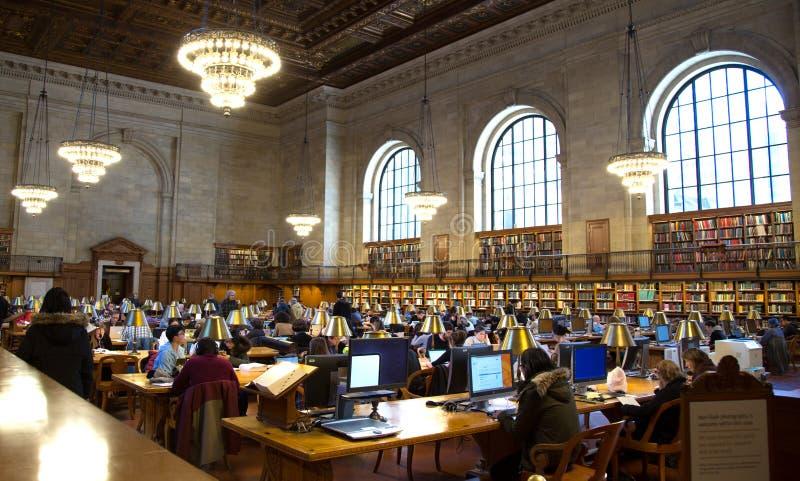 Studencki czytanie w Krajowy jawny librairy Nowy Jork obraz royalty free