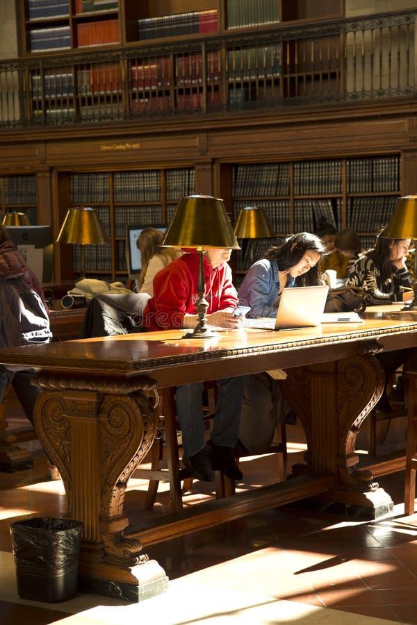 Studencki czytanie w Krajowy jawny librairy Nowy Jork obraz stock