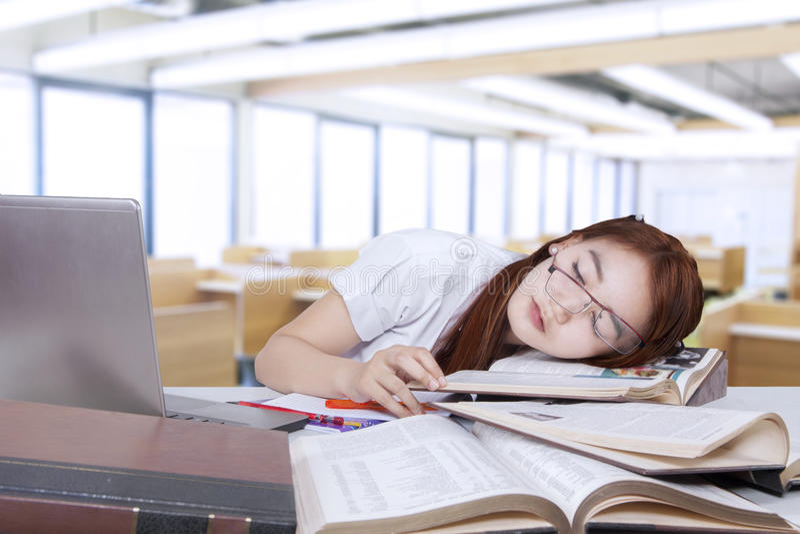 Studencki drzemanie w klasie i chudy na książce fotografia royalty free