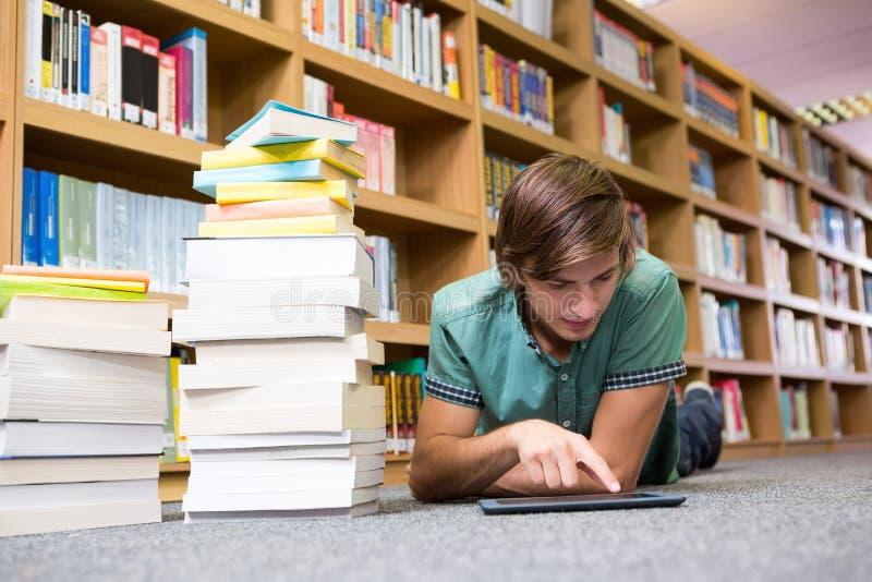 Studencki lying on the beach na bibliotecznej podłoga zdjęcie royalty free