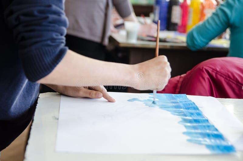 Studencki obraz w klasie w przedpolu z kolega ostrością w tle zdjęcie stock