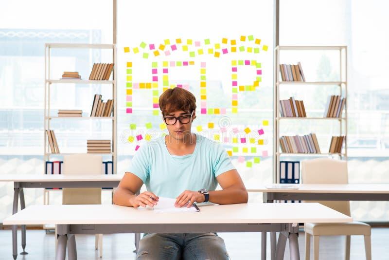 Studencki ono zmaga się przy egzaminem w sali lekcyjnej zdjęcie stock