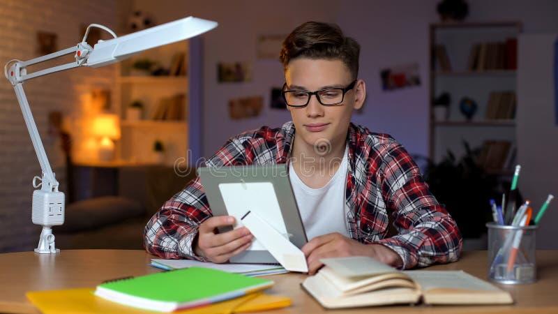 Studencki patrzeje rodzinnej fotografii chybianie wychowywa, studiowanie daleko od domu, szko?a wy?sza obrazy royalty free