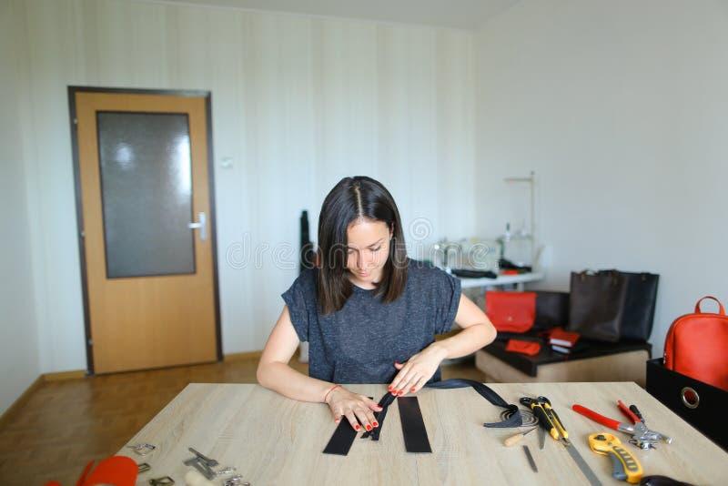 Studencki uczenie szyć suwaczek na kiesie zdjęcia stock
