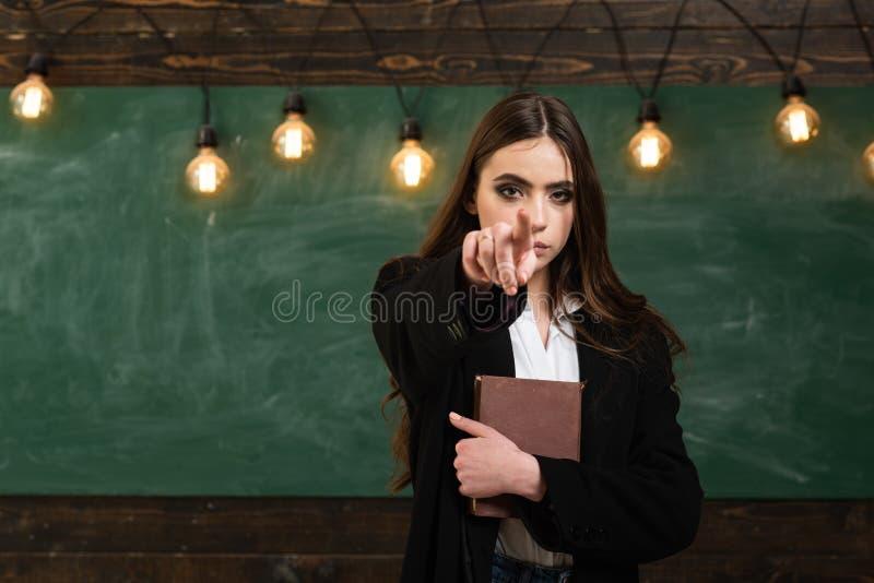 Studencki ?ycie m?ody atrakcyjny nauczyciel wskazuje przy chalkboard Nastolatek szkoła Nastolatek szkoła - pierwszy miłość Popier obrazy stock