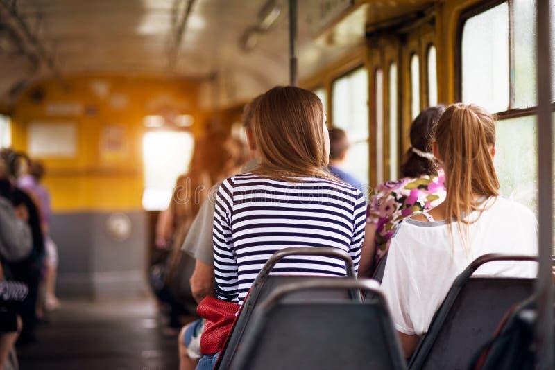 Studenckie kobiety bierze przejażdżka transport od pracy publicznie przy zmierzchu czasem obraz stock