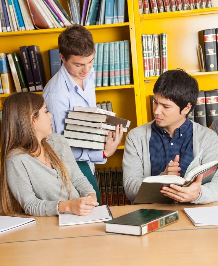 Studenckie przewożenie książki Podczas gdy przyjaciele Siedzi Wewnątrz obraz royalty free