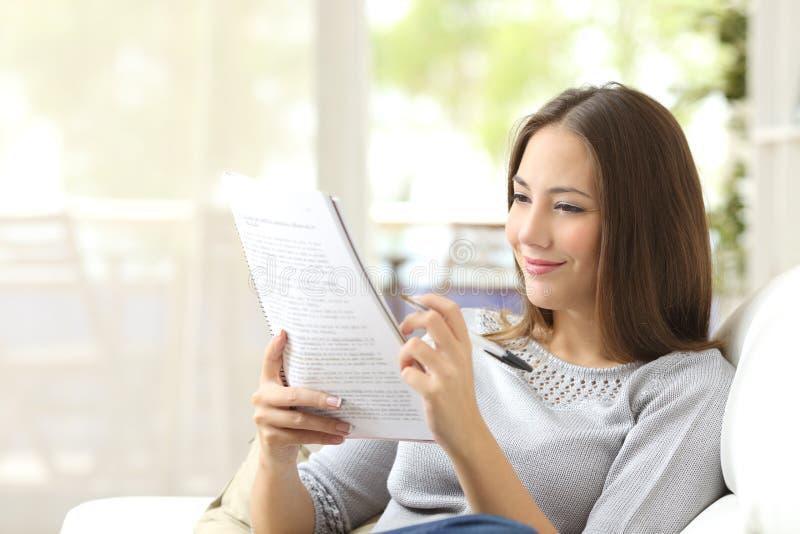 Studenckie studiowania i uczenie czytania notatki zdjęcie royalty free