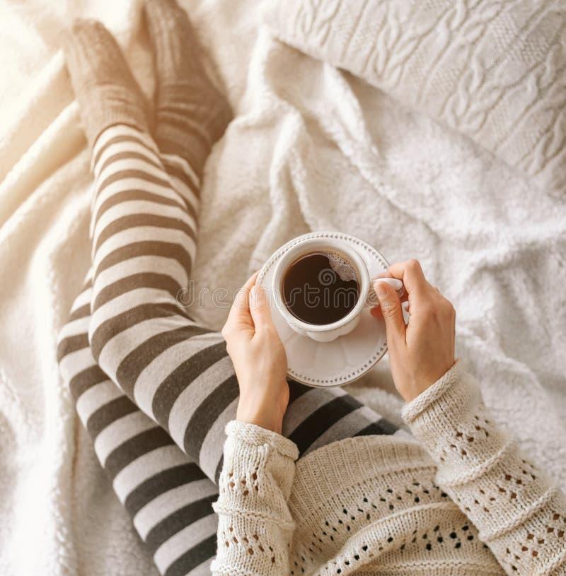 studenckiego dziewczyna ciepłego domu odzieżowy łóżkowy smartphone fotografia stock