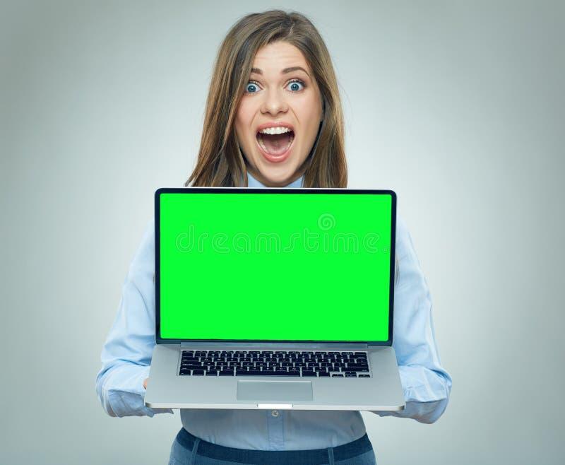 Studenckiego dziewczyny mienia otwarty laptop obraz royalty free