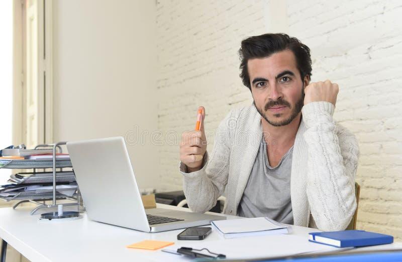 Studenckiego narządzania uniwersytecki projekt lub modnisia freelancer stylowy biznesmen pracuje z laptopem obraz royalty free