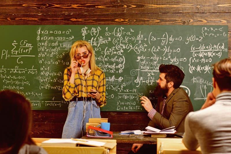 Studenckiego studiowania Ci??ki egzamin Studencka konferencja w loft wewn?trznej coworking przestrzeni u?ywa? cyfrowych przyrz?da obraz stock