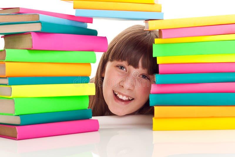 Student achter stapel van boeken stock afbeeldingen