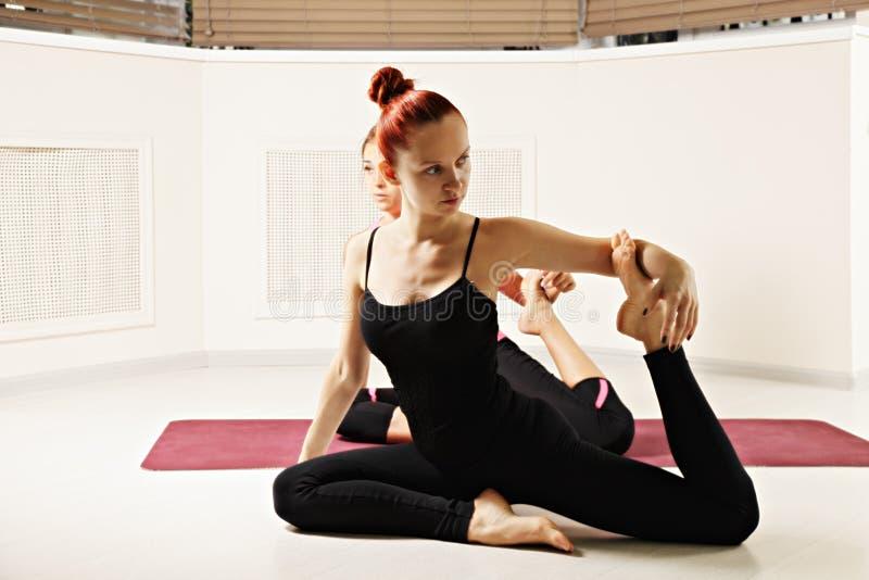 Student achter yogainstructeur royalty-vrije stock foto's