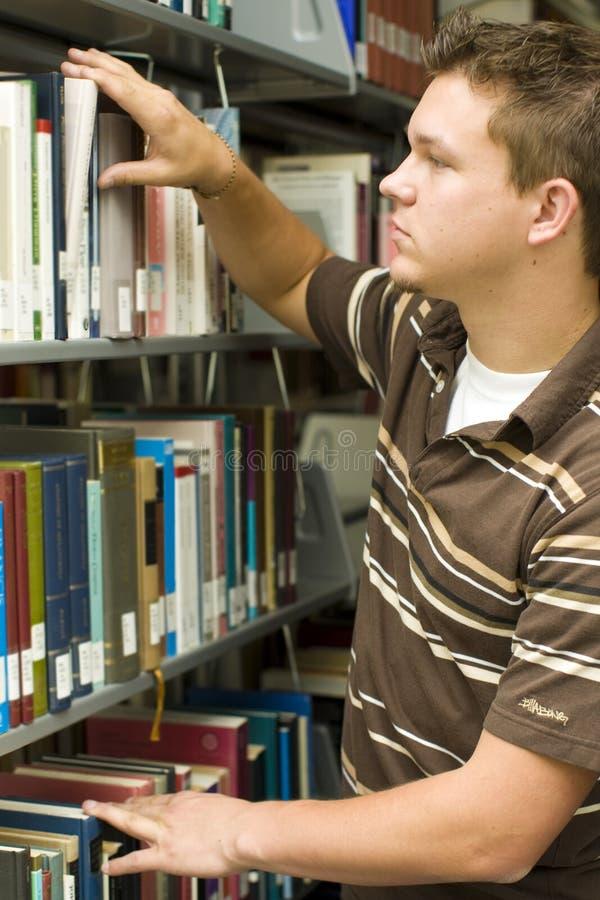 Student in bibliotheek royalty-vrije stock afbeelding