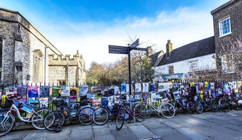 Student bicyles und Theater- und Musikplakate in Cambridge, Cambridgeshire, England stockfotografie