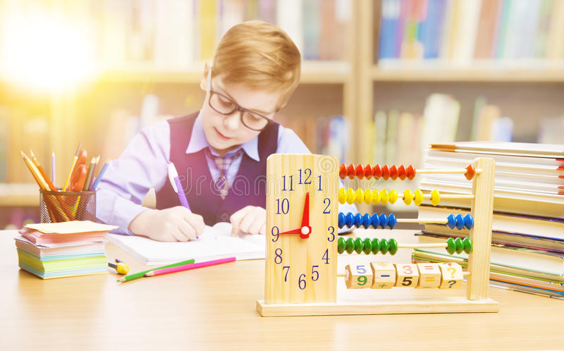 Student Child i skolan, ungepojkehandstil i klassrum, utbildning royaltyfria bilder