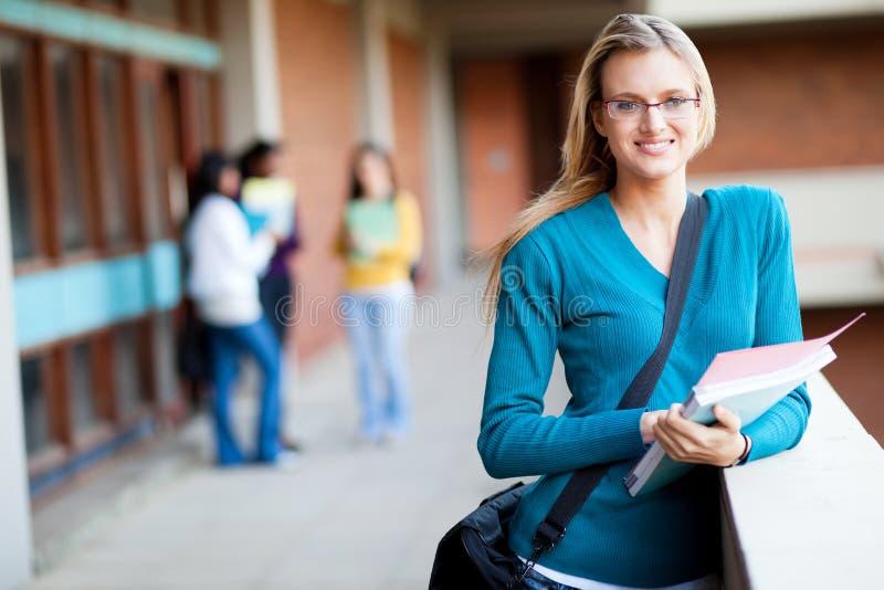 Student collegu na kampusie obraz stock