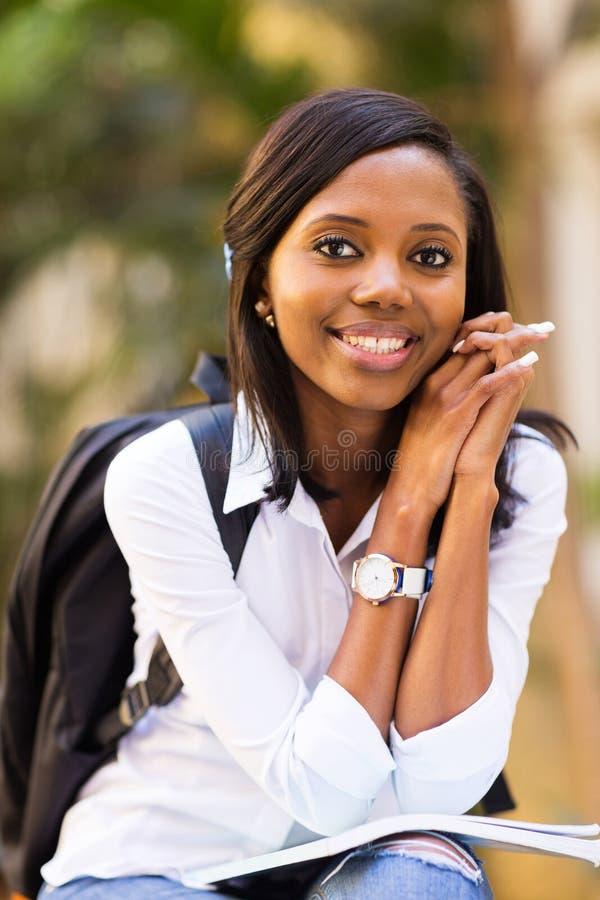 Student collegu na zewnątrz kampusu obraz stock