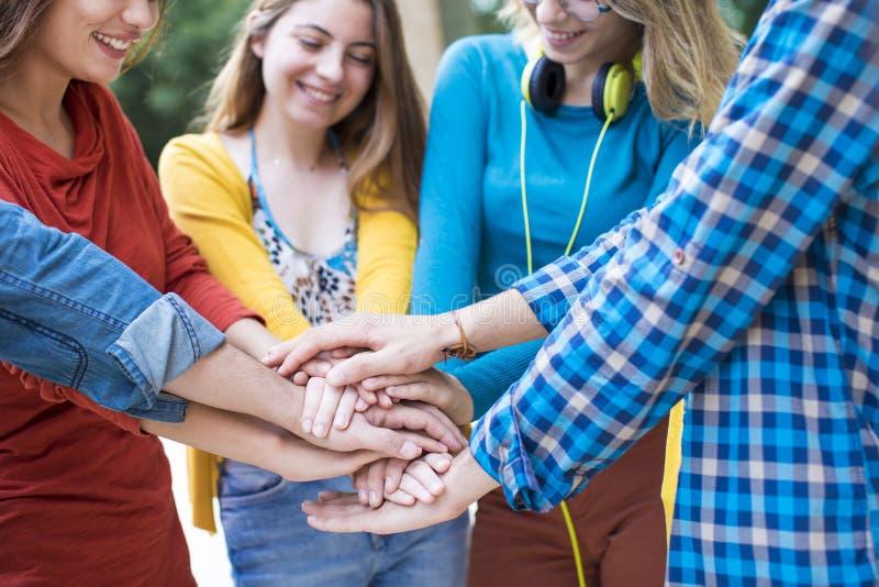 Student Collegu pracy zespołowej sztaplowania ręki pojęcie obrazy stock