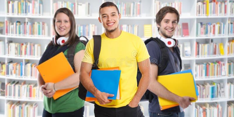 Student collegu studenccy młodzi ludzie studiują biblioteczny sztandar edukacji ono uśmiecha się szczęśliwy zdjęcie stock