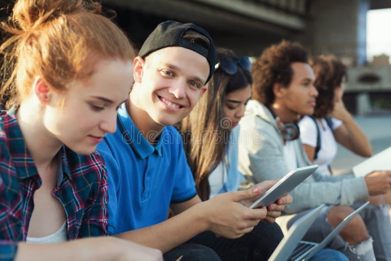 Student collegu studiować plenerowy, przygotowywający dla egzaminów obraz royalty free