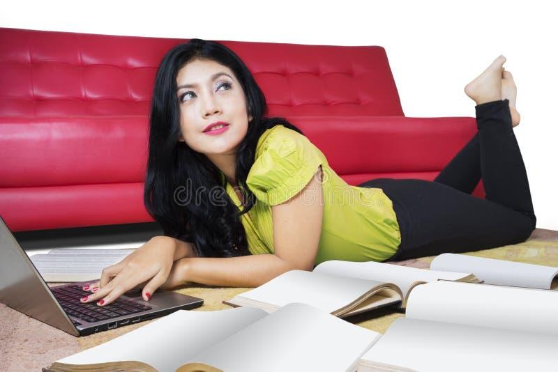 Student collegu uczy się z laptopem i książką obraz royalty free