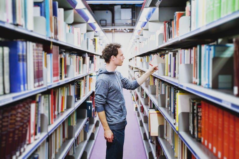 Student in de bibliotheek van universiteit stock fotografie