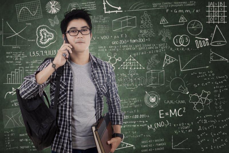 Student, der auf Mobiltelefon in der Klasse spricht stockfotos