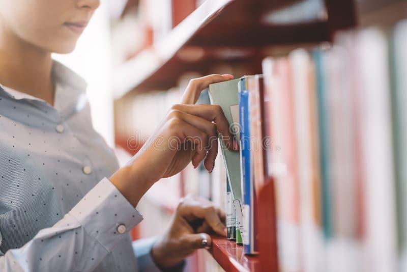 Student, der Bücher sucht stockfoto