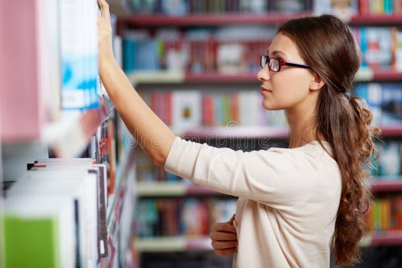 Student in der Bibliothek lizenzfreie stockfotos
