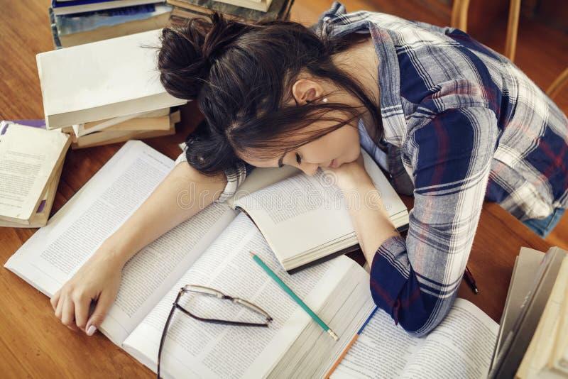 Student, der an den Papierbüchern schläft lizenzfreies stockbild