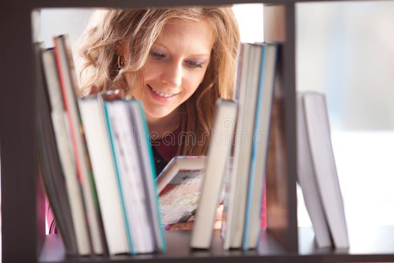 Student, der in der Bibliothek studiert lizenzfreies stockfoto