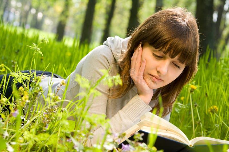 Student, der ein Buch liest stockfotografie