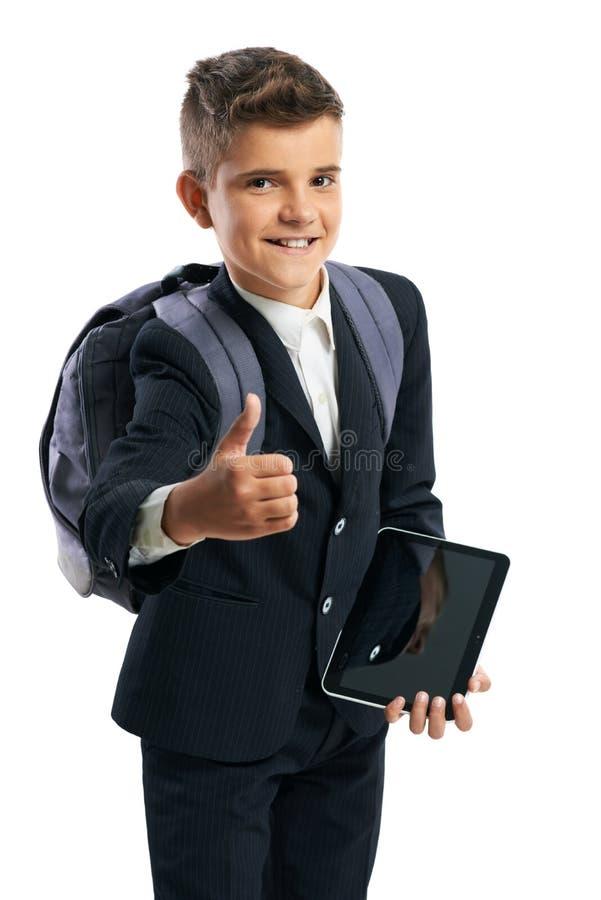 Student, der eine Tablette hält und sich Daumen zeigt stockfotos