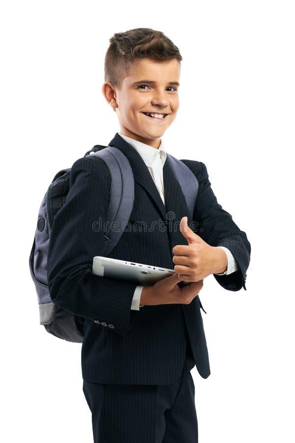 Student, der eine Tablette hält und sich Daumen zeigt lizenzfreies stockbild