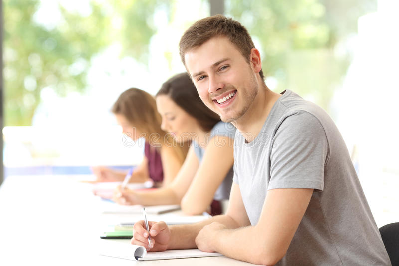 Student, der in einem Klassenzimmer betrachtet Sie aufwirft lizenzfreies stockfoto