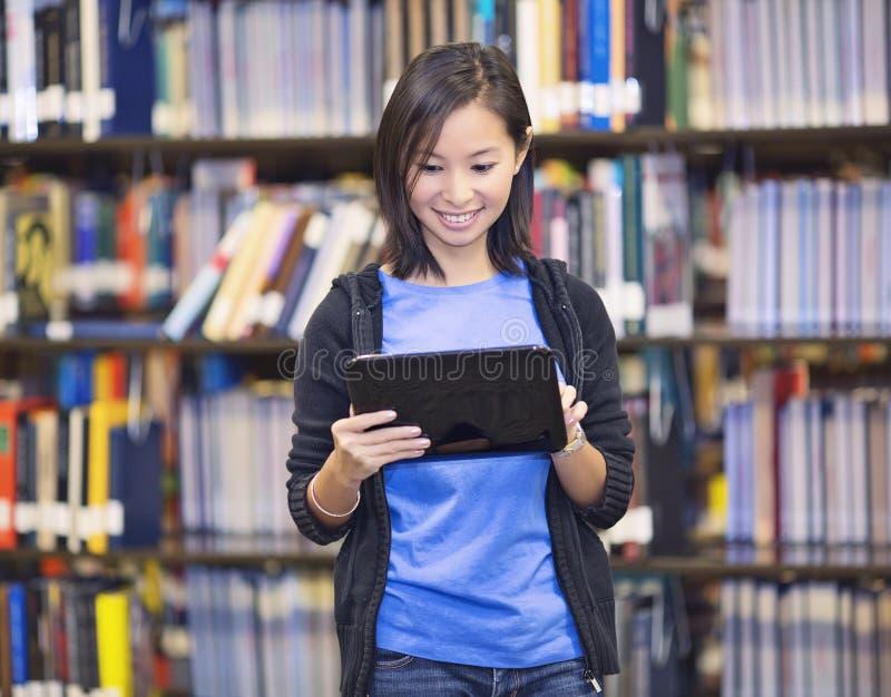 Student, der einen Tablet-Computer verwendet lizenzfreies stockbild