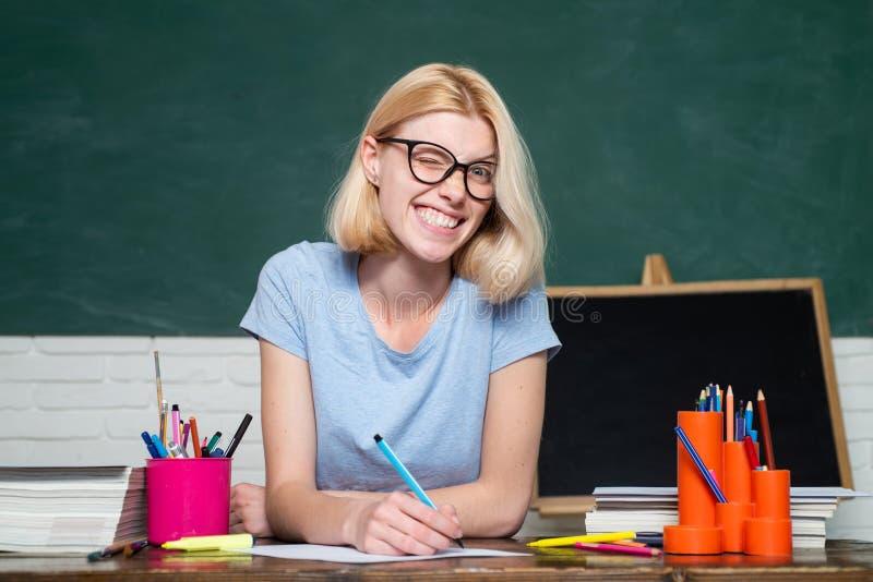 Student, der f?r Test oder Pr?fung sich vorbereitet Portr?t des ?berzeugten jungen kaukasischen weiblichen Lehrers E lizenzfreie stockbilder