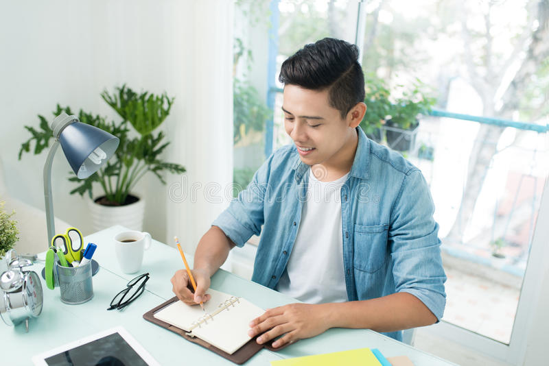 Student, der Hausarbeit tut und zu Hause Prüfung vorbereitet stockbilder
